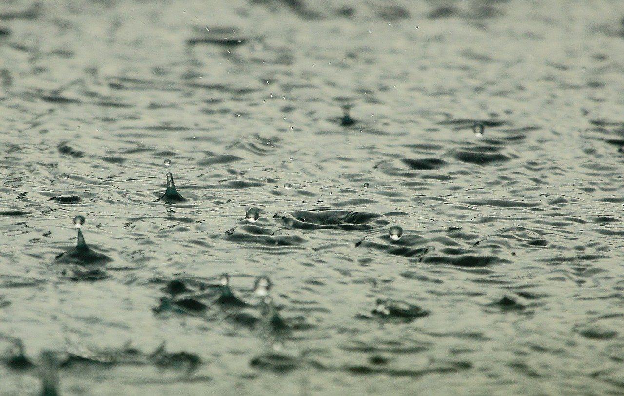 gotas de lluvia en el suelo