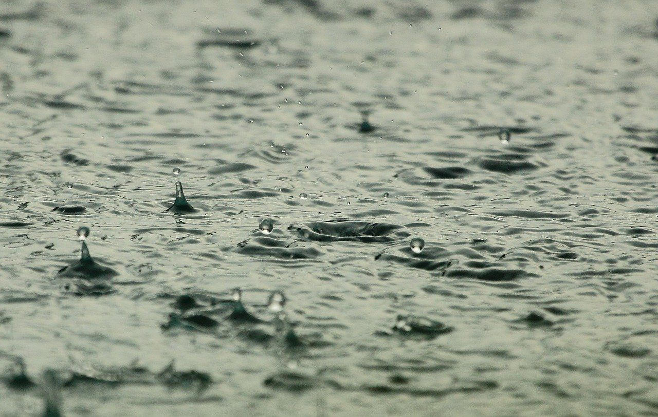 gotas de lluvia cayendo al agua