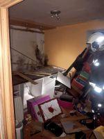 bombero en el interior de la vivienda en la que ha