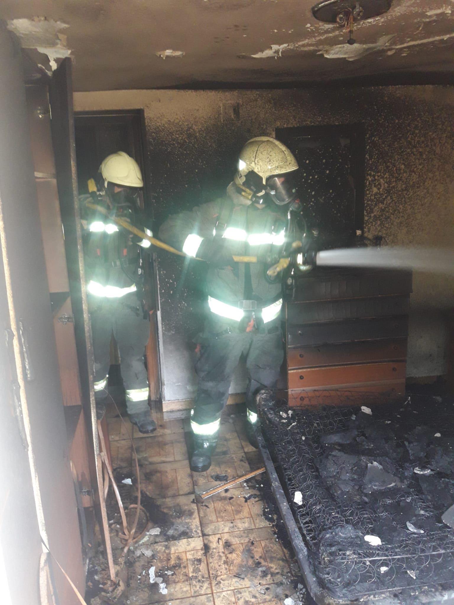 bomberos extinguiendo el incendio