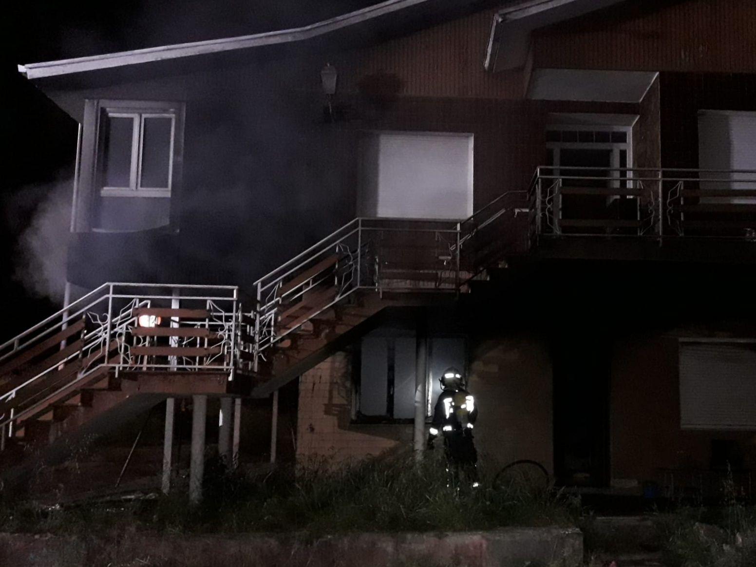 bombero inspecciona el exterior de la vivienda