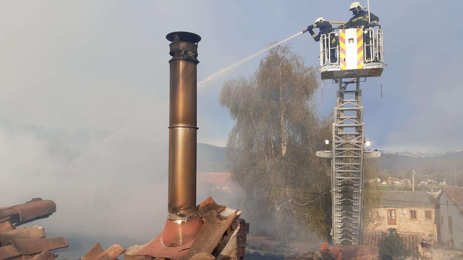 Bomberos en escala extinguiendo el incendio