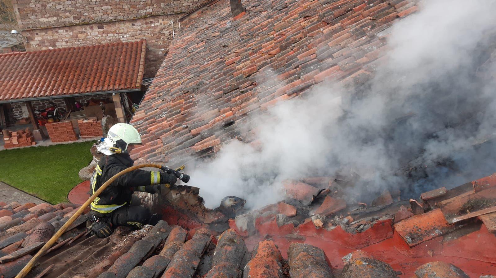 bombero extinguiendo desde el tejado