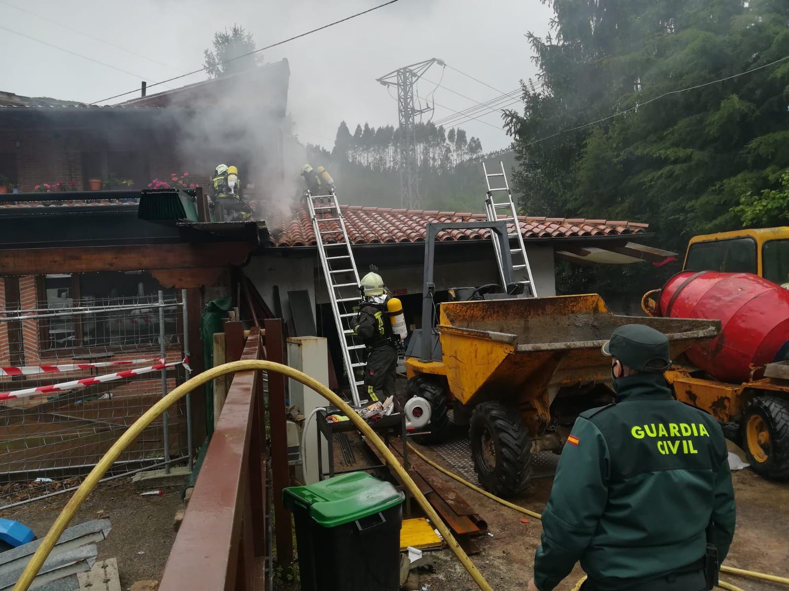 bomberos extinguiendo el fuego en le tejado
