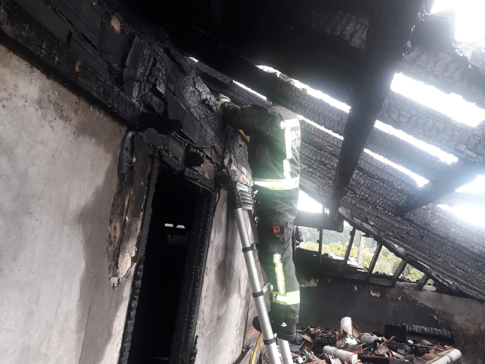 bombero realizando labores de saneamiento en el interior de la vivienda