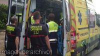 bomberos y sanitarios metiendo un herido en la amb