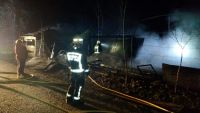 bomberos revisan la zona afectada por el fuego