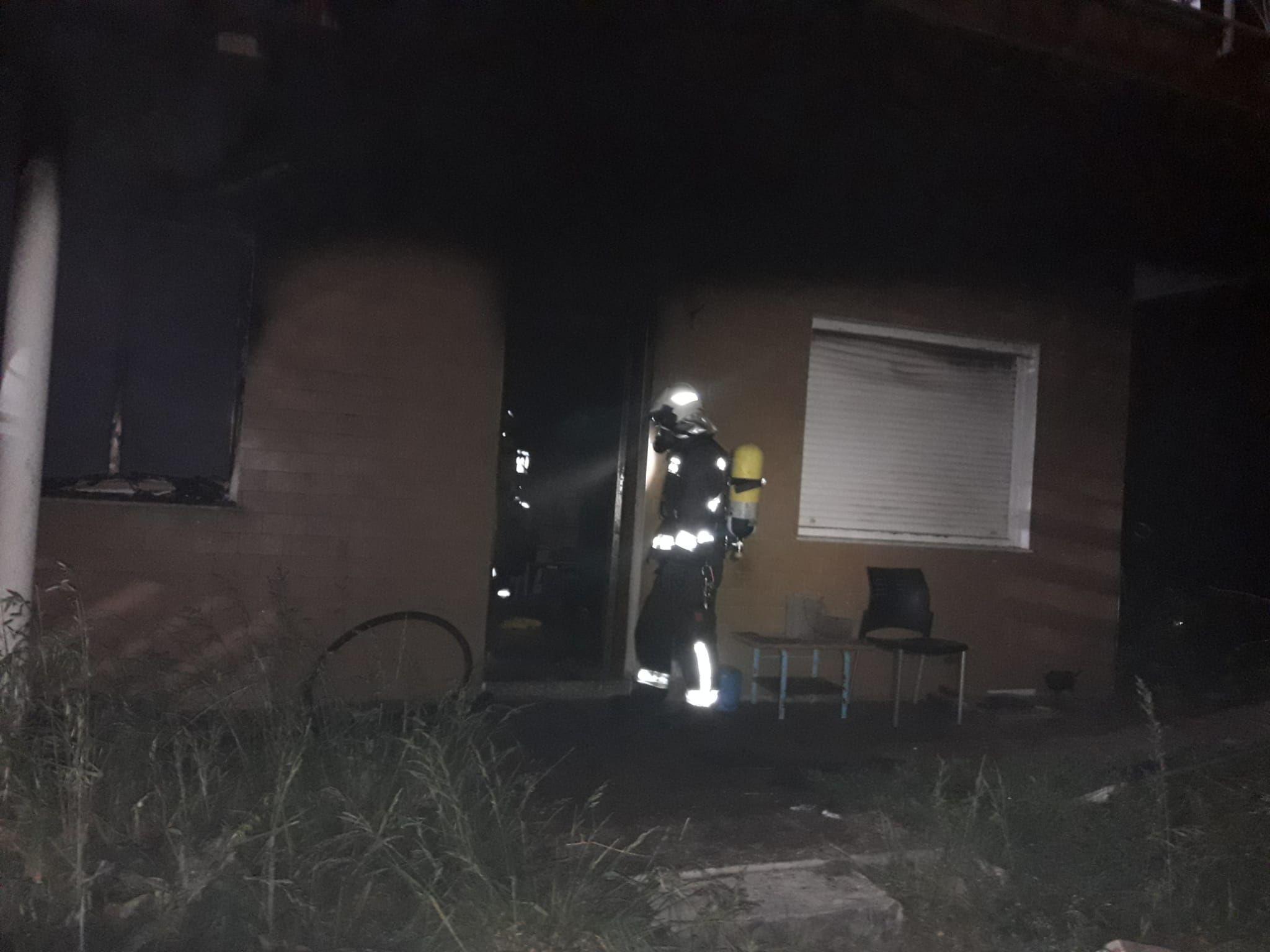bomberos entrando en la vivienda