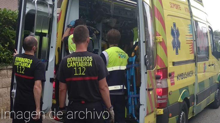 bomberos y sanitarios metiendo un herido en la ambulancia